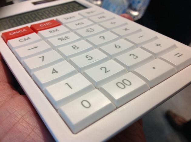 持ちやすいスリムな電卓