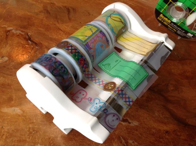 テープディスペンサーに通したスコッチアットテープ