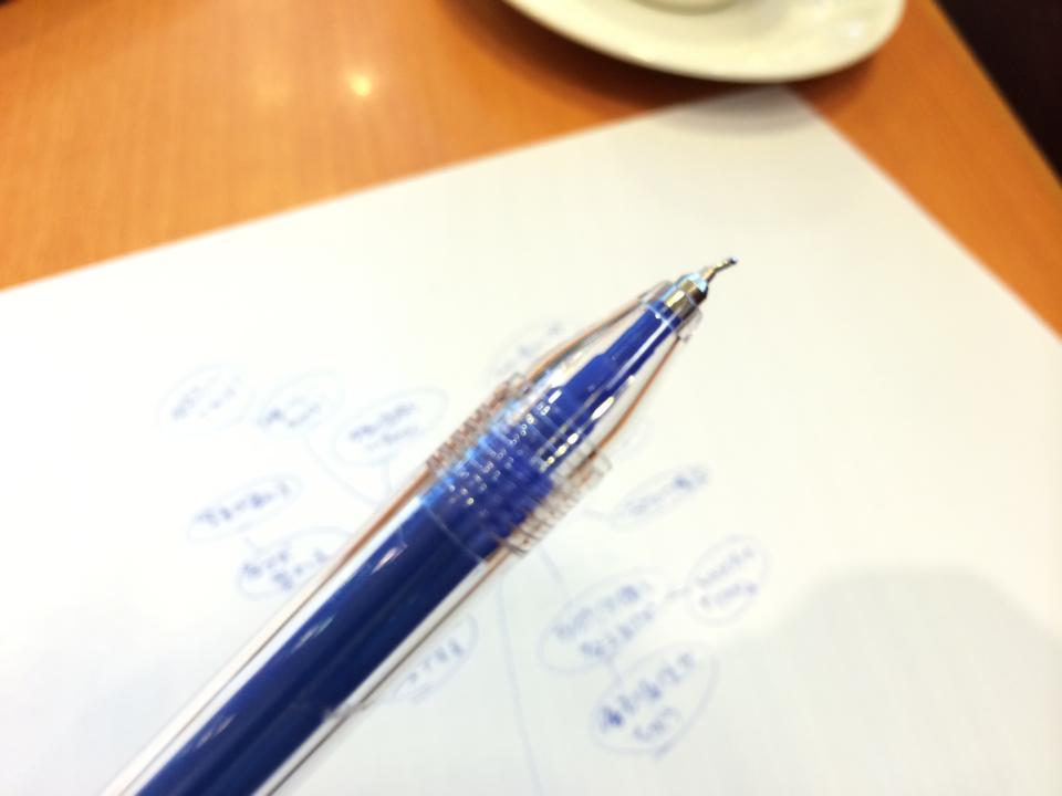 【ペン先が曲がったペン】しかしそれが書きやすい?ニーズってもしかしてこういうところにあるのかも。
