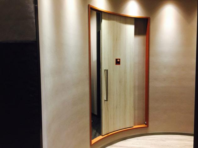 男子トイレが曲面ドア