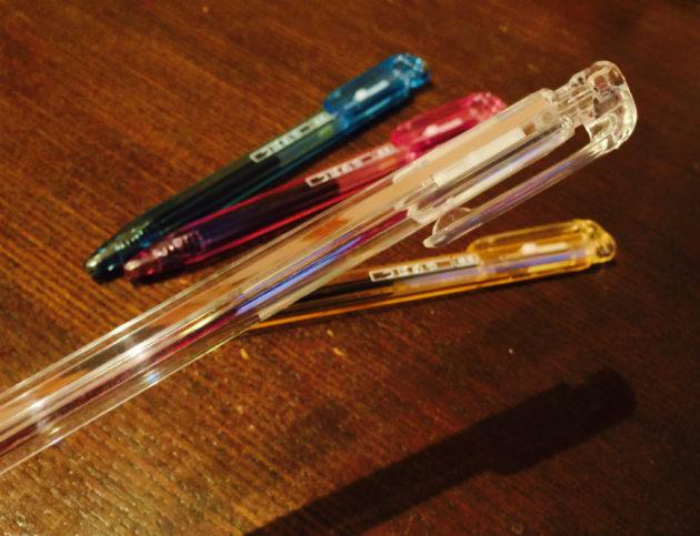プリズム効果でリフィルが見えなくなるボールペン、ゼブラのプリズミー